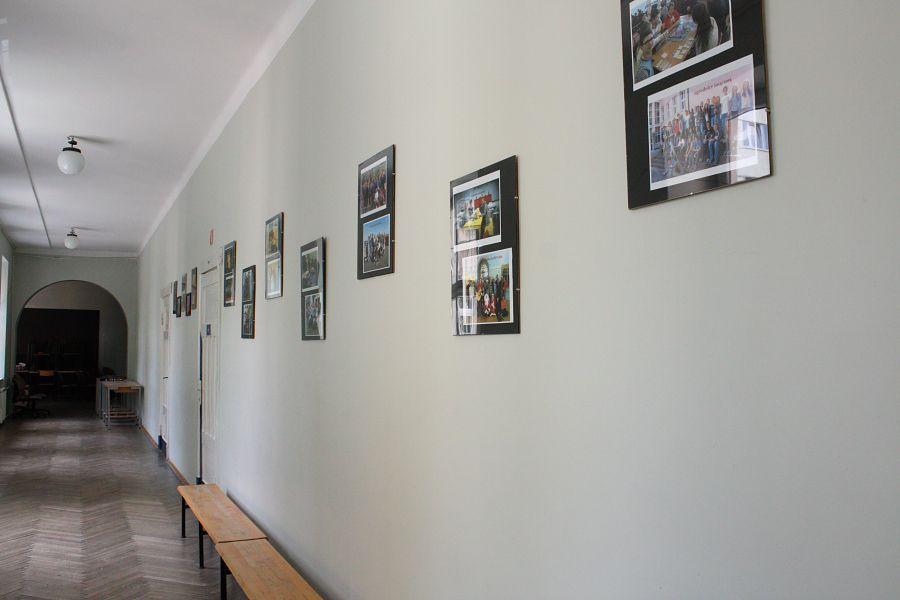 Na korytarzach mnóstwo zdjęć - pamiątek wielu zrealizowanych projektów i działań