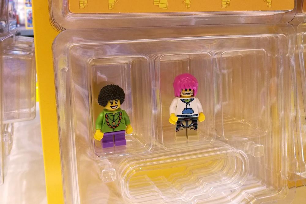 Gotowe figurki Lego pakujemy do specjalnych pudełeczek.